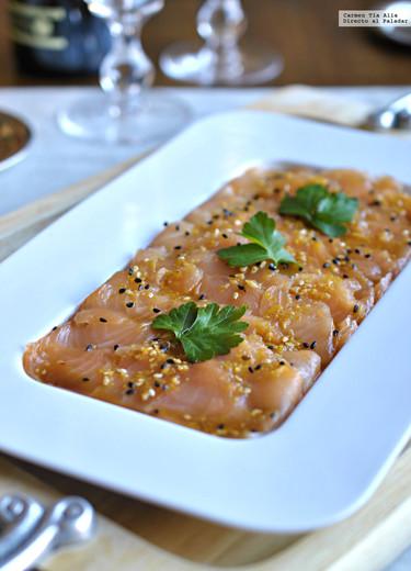 Tiradito de salmón marinado con sésamo. Receta ligera para una celebración