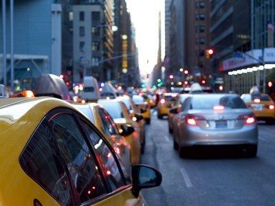Uber y Lyft incrementan el tráfico en lugar de disminuirlo, según un estudio