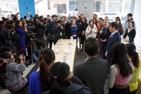 Tim Cook firma iPhones en las Apple Store de China y responde a algunas preguntas
