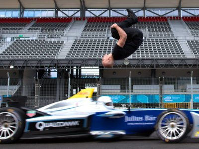 ¿Os hace un salto de espaldas sobre un Fórmula E antes de comer?
