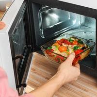 ¿Qué tan seguros son los recipientes donde calientas comida en el microondas?
