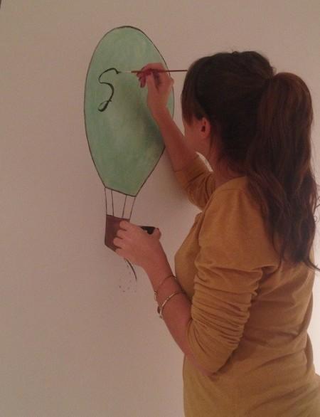 Sara Carbonero pintando paredes habitación de su hijo