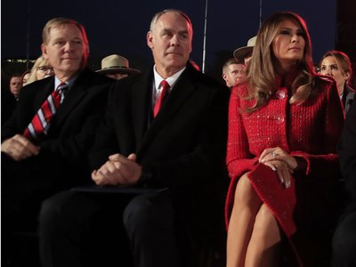 El abrigo rojo que todos desearíamos para estas fiestas lo tiene Melania Trump