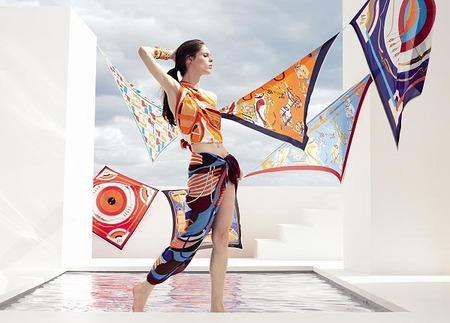 Coco Rocha presenta los nuevos Le Carre de Hermès