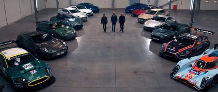 ¡Alucinante! Si quieres ver montones de Aston Martin clásicos derrapando en una nave, mira este vídeo