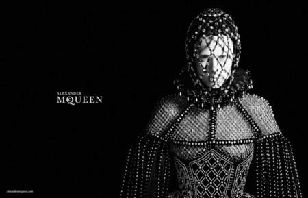 Edie Campbell, a lo Juana de Arco, para la nueva campaña de Alexander McQueen