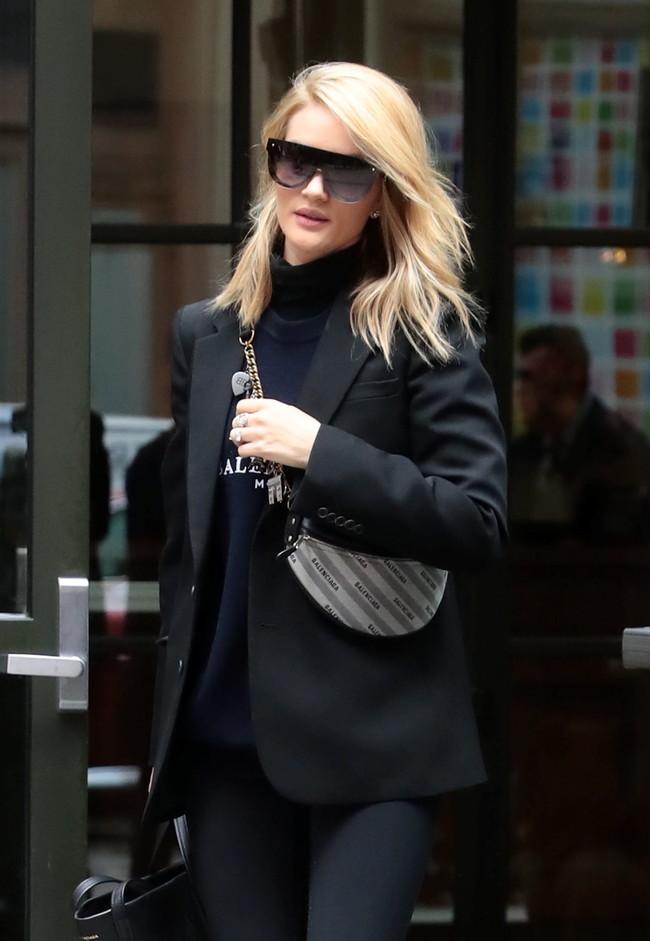 El bolso riñonera de Balenciaga que se agotará en poco tiempo cuesta 1.390 euros y Rosie Huntington-Whiteley ya lo tiene