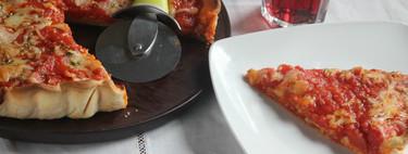 Pizza al estilo Chicago de pepperoni, tomate y mozzarella, la sorprendente (y deliciosa) pizza que parece una tarta