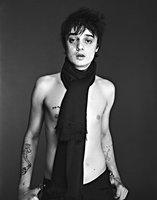 A algunos nos aparecen pelusas de polvo en casa y a Pete Doherty se le aparece Amy Winehouse