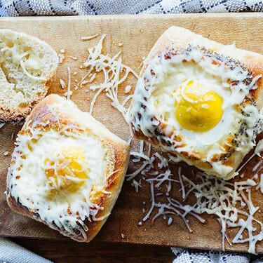 Huevo con jamón y queso cocido en pan. Receta fácil para el desayuno