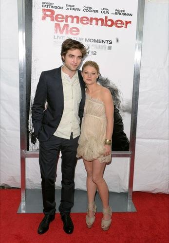 Kristen Stewart y Emily de Ravin de estreno con Robert Pattinson