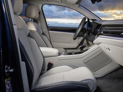 El Volkswagen Touareg 2019 muestra el interior y hay una pantalla táctil de 15 pulgadas
