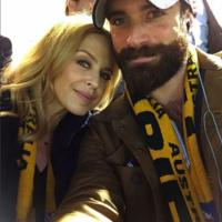 Kylie Minogue enciende la Navidad y ya posa con su nuevo churri