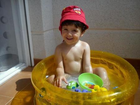 La foto de tu bebé: Darío en su mini-piscina