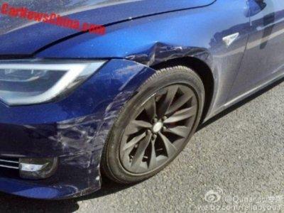 Si ves que el Autopilot de tu Tesla va a chocar, ¿por qué no lo evitas?