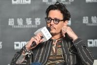 Los anillos de compromiso no son solo para ellas, ¿verdad, Johnny Depp?