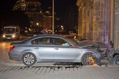 La Puerta de Brandeburgo soporta la emBMWestida de un Serie 5