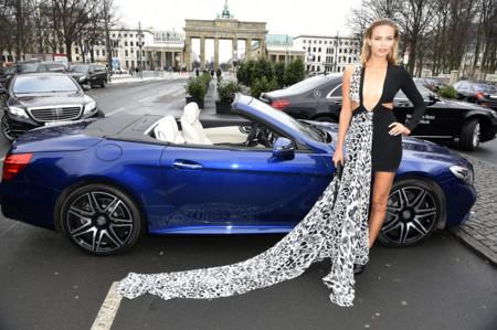 Natasha Poly, sin medias y a lo loco, desafía los 5 grados bajo cero durante la Berlín Fashion Week