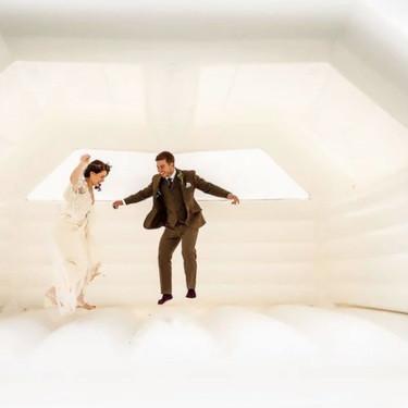 Love is in the air: la última moda es casarse en el castillo de tus sueños (hinchable, por supuesto)