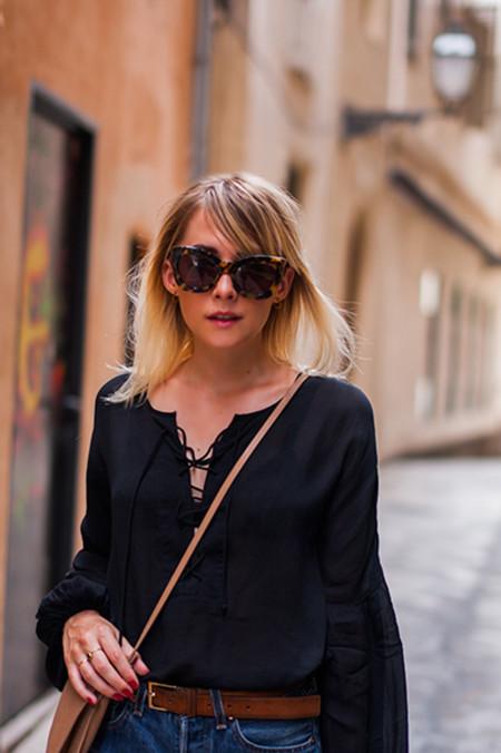 Las blusas con cordones cruzados, la nueva tendencia que no puedes dejar escapar