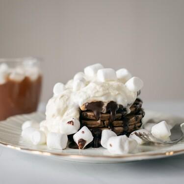Hot cakes de chocolate caliente con mini malvaviscos. Receta para el desayuno