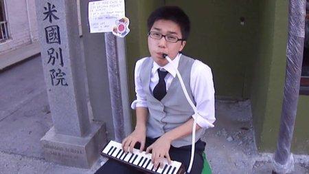 Tocando melodías de Nintendo en la calle para pagarse los estudios universitarios