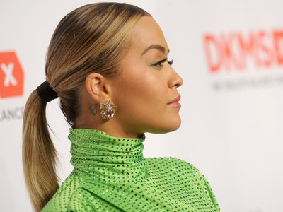 Así es el complicado vestido verde flúor que ha salvado a las mil maravillas Rita Ora en Nueva York