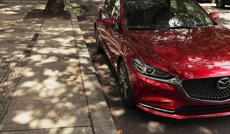 Aparcado en una calle cualquiera, el nuevo Mazda6 se insinúa antes de su debut en Los Ángeles