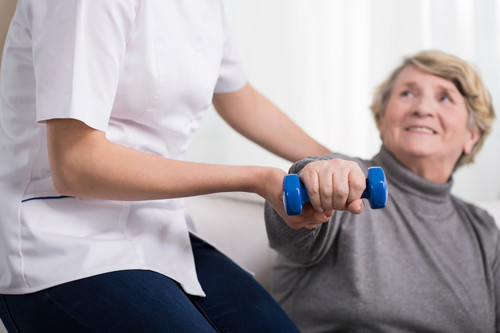 Ejercicio para personas mayores: seis ejercicios que pueden hacer en casa para mantener una buena calidad de vida