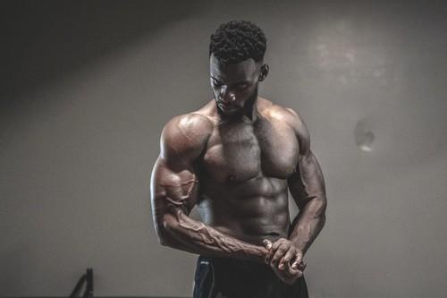 Tres formas de realizar curl de bíceps sin elementos deportivos y una rutina para entrenar en casa