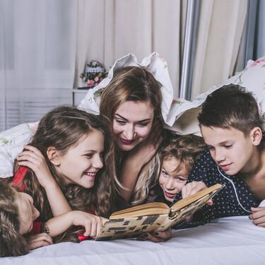 Lee con tus hijos antes de dormir: siete grandes beneficios de la lectura compartida antes de irse a la cama
