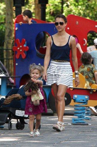 Los mejores looks de sport de las celebrities para el día a día de este verano. Jessica Alba