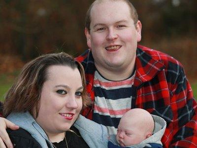 Una pareja que no podía tener hijos diseña un muñeco reborn con sus rasgos y lo trata como si fuera su propio bebé