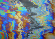Lluvias de espuma, ríos de colores y bosques muertos: así es la contaminación más extrema