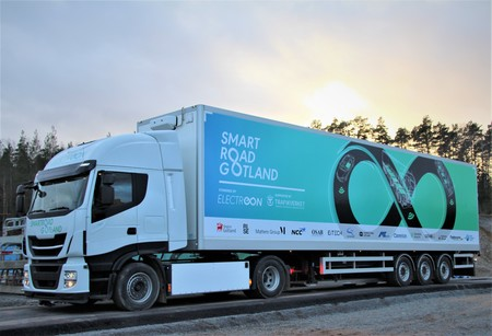 La primera carretera que carga vehículos eléctricos por inducción ya está en pruebas: el adiós a las baterías pesadas, más cerca