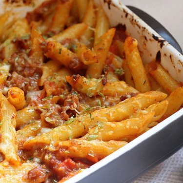 Penne rigate con boloñesa de pollo y salchichas frescas: receta original de pasta