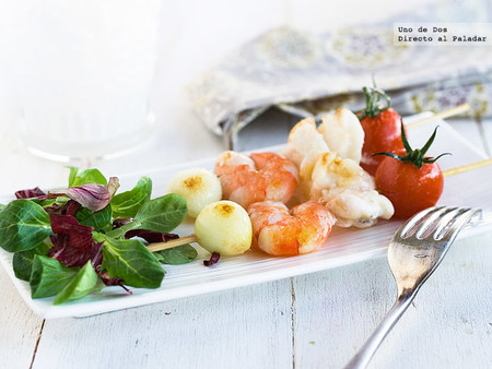 Brochetas de rape y tomatitos, receta de aperitivo con aires marineros