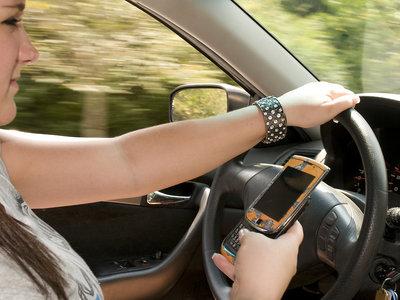 En Francia ya no puedes utilizar el teléfono ni aunque el coche esté detenido