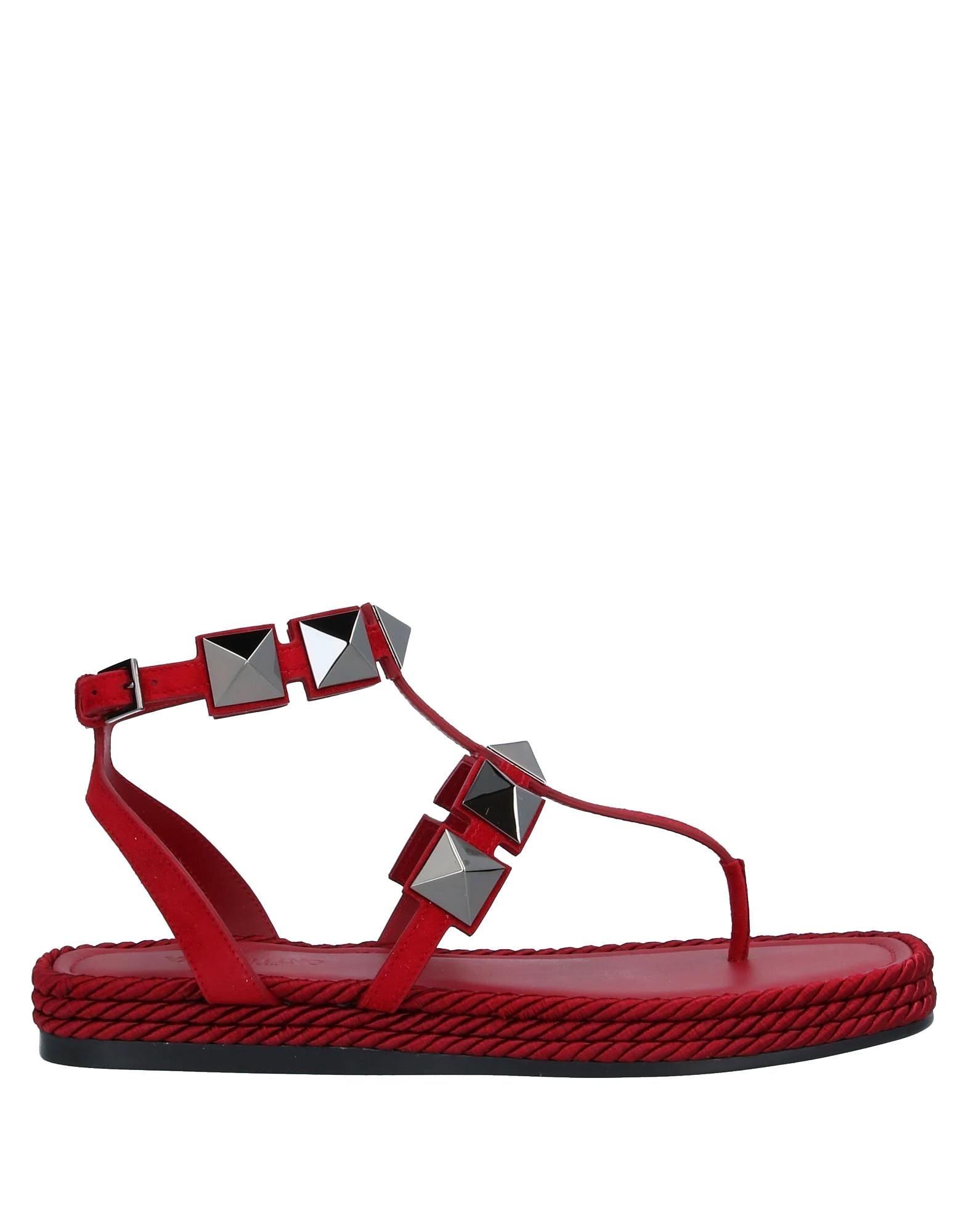 Sandalias con tachuelas de gran tamaño de Valentino.