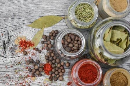 Diferencias entre hierbas, especias y condimentos y cómo usarlos en la cocina para mejorar tus platillos