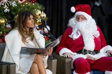 Melania Trump vuelve a elegir el color blanco en su último look con otro abrigo divino y que ya está agotado