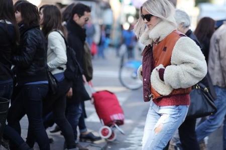 Luciendo como borregas: el mejor street style con las estas chaquetas forradas de pelo