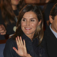 La Reina Letizia se declara fan del tejido vaquero, así es el vestido camillero de Hugo Boss que ha elegido para visitar Oviedo