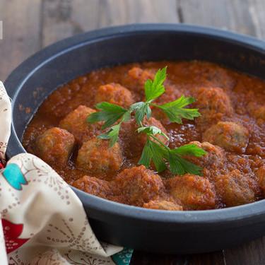Albóndigas con salsa de tomate al azafrán, receta tradicional que no falla