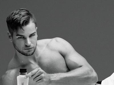Parece broma, pero no lo es: TOPMAN te vende agua mineral con las lágrimas de Chris Hughes