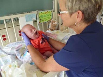 El emotivo encuentro de una enfermera de cuidados intensivos neonatal con los niños a quienes cuidó