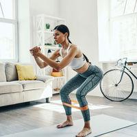 Tres ejercicios con mini-bands para trabajar piernas y glúteos en casa