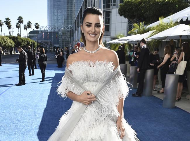 Emmys 2018: Penélope Cruz acierta de pleno con su original coleta en la alfombra roja