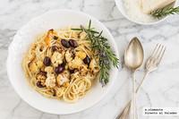 Espaguetis con coliflor picante y olivas negras. Receta