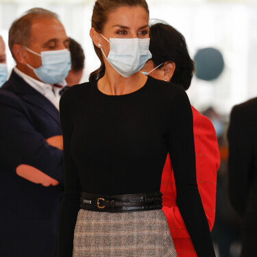 Doña Letizia luce el perfecto look para ir a la oficina con una falda midi de Massimo Dutti